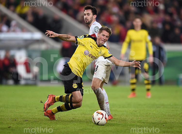 FUSSBALL DFB POKAL VIERTELFINALE SAISON  2015/2016  VfB Stuttgart - Borussia Dortmund              09.02.2016 Lukas Rupp (hinten, VfB Stuttgart)  gegen Erik Durm (vorn, Borussia Dortmund)