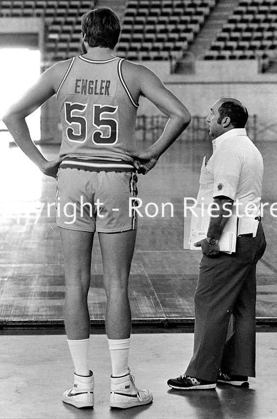 Golden State Warrior Chris Engler with trainer Dick D'Oliva (1982 photo/Ron Riesterer)