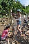 Comunidade de Santa Helena, na região do baixo Jequitinhonha, Norte de Minas Gerais. Nessa região é possível encontrar três tipos de biomas: caatinga, cerrado e mata atlântica. A ASA Brasil, Articulação no Semiárido Brasileiro, tem implementado em diversas comunidades no Norte de Minas o Programa Uma Terra e Duas Águas (P1+2) e o Programa Um Milhão de Cisternas (P1MC) que tem como objetivo viabilizar a captação e armazenamento de água de chuva nessas comunidades para consumo humano, criação de animais e produção de alimentos. Mutirão para construção de viveiro de mudas na comunidade. Mutirão para construção de viveiro de mudas na comunidade. Zenália Alves da Silva e Adriana Ferreira Gomes..
