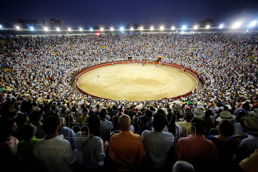CALI -COLOMBIA-28-12-2013. Aspecto de la plaza de toros de Cañaveralejo durante la tercera corrida de abono en el marco de la 56 Feria de Cali 2013. Manzanares cortó dos orejas en su segundo toro y salió en hombros./ Aspect of the bullring Cañaveralejo during the  third bullfight within the framework of 56 Cali Fair 2013. Manzanares cut two ears in his second bull and came out on shoulders Photo: VizzorImage/Juan C. Quintero/STR