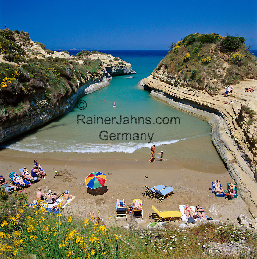 Greece, Corfu, Sidari: Busy beach, Canal d`Amour, on North coast of island | Griechenland, Korfu, Sidari: Canal d'Amour, Strand an der Nordkueste