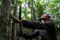 """Pescador Raimundo Faris da Silva 50 anos, casado 3 filhos,  trabalha na limpeza de aÁaizais na regi""""o para ganhar o que n""""o est· conseguindo na pesca.Rio Aur·.BelÈm, Par·, BrasilFoto Paulo Santos19/03/2013"""