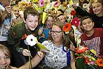 Foto: VidiPhoto<br /> <br /> WATERINGEN &ndash; Basisschool De Kyckert in Wateringen viert groot feest donderdag. Juf Sandra (39) is gekozen tot de leukste juf van Nederland en krijgt dus een dikke tien! Donderdagochtend is Sandra bloemrijk gehuldigd door leerlingen, ouders en burgemeester Agnes van Ardenne. De nationale verkiezing is een initiatief van stichting &ldquo;Een 10 voor de juf&rdquo; en is voor het zesde jaar op rij georganiseerd. Doel is om waardering te tonen voor het vele extra werk dat leerkrachten vaak verrichten voor het welzijn van de leerlingen. De bekendmaking en huldiging vindt plaats aan de vooravond van de Dag van de Leraar (5 oktober). Andere finalisten dit jaar waren meester Bart Heijen (38) van groep 5 van&rsquo;t Heuvelke in Geleen en juf Roelien Tissingh (43) van groep 7 van De Dissel in Ruinerwold. In 2017 ging de titel naar meester Jeroen Hermans uit Helmond. De vele extra inspanningen die Sandra doet voor haar klas hebben geleid tot het hoogst haalbare rapportcijfer: een 10. Zo staat de Wateringse juf, als het nodig is, ook in het weekend voor leerlingen en ouders klaar. Sandra doet ook gerust mee aan een potje voetbal, een wedstrijd armpje drukken of een sneeuwballengevecht.