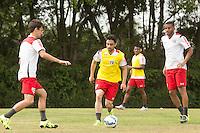 SÃO PAULO, SP, 18.08.2015 - FUTEBOL-SÃO PAULO -  Rodrigo Caio, Daniel e Reinaldo durante treino do São Paulo Futebol  no Centro de Treinamento da Barra Funda, na manhã desta terça-feira (18). (Foto: Adriana Spaca/Brazil Photo Press)