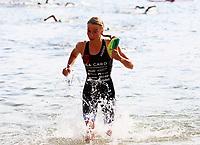 Annika Koch (TuS Griesheim kommt aus dem Wasser und wechselt zum Rad - Mörfelden-Walldorf 15.07.2018: 10. MöWathlon