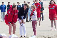 Le roi Philippe de Belgique, la reine Mathilde de Belgique, leurs enfants ; la Princesse Elisabeth, le Prince Gabriel, le Prince Emmanuel et la Princesse El&eacute;onore assistent &agrave; une d&eacute;monstration des services de sauvetage sur la plage de Middelkerke. <br /> La princesse Elisabeth a elle-m&ecirc;me particip&eacute; &agrave; la r&eacute;animation.<br /> Belgique, Middelkerke, 1er juillet 2017.<br /> King Philippe of Belgium, Queen Mathilde of Belgium and their children, Crown Princess Elisabeth, Prince Emmanuel, Prince Gabriel, and Princess Eleonore of Belgium pictured during a rescue exercice, part of a visit of Belgian royal couple at the Belgian coast, in Westende, Middelkerke.<br />  Belgium, Westende, Middelkerke, 01 July 2017.<br /> Pic :  Queen Mathilde of Belgium &amp; Princess Eleonore of Belgium