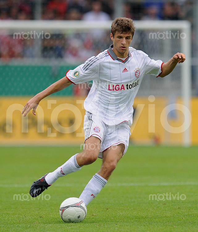 Fussball DFB Pokal 1. Runde   Saison   2009/2010   02.08.2009 Spvgg Neckarelz - FC Bayern Muenchen Thomas Mueller (FCB) am Ball