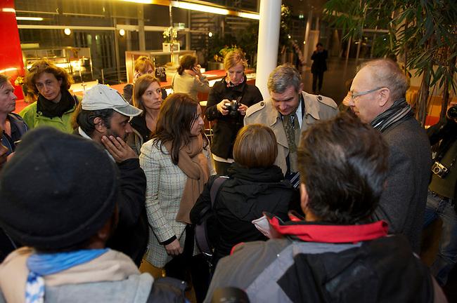 Seit Mittwoch den 9. Oktober 2013 befinden sich in Berlin etwa 2 dutzend Fluechtlinge vor dem Brandenburger Tor erneut im Hungerstreik.<br />Die Fluechtlinge fordern die Anerkennung ihrer Asylantraege und wollen den Hungerstreik so lange weiterfuehren bis ihre Forderung erfuellt wird.<br />Ein erster Hungerstreik im Winter wurde nach mehreren Wochen erfolglos beendet.<br />Am 6. Tag des Hungerstreiks, Montag den 14. Oktober 2013, verkuenden die Fluechtlinge, dass sie ab sofort zusaetzlich auch in einen Durststreik treten.<br />Hier: In den Abendstunden des 11. Tag des Hungertreiks, Samstag den 19. Oktober 2013, wurde der Hungerstreik beendet. Unter Vermittlung von Ruediger Veit, SPD-MDB und Sprecher der Fraktionsarbeitsgruppe Migration und Intergration( rechts mit Brille); Dilek Kolat, Berliner Senatorin fuer Arbeit, Frauen und Integration (Bildmitte) sowie Dr. Michael Griesbeck, Vizepraesident des Bundesamtes fuer Migration und Fluechtlinge (2.v.r.) und Vertretern der ev. Kirche wurde ein Loesung gefunden, die die hungerstreikenden Fluechtlinge akzeptiert haben.<br />19.10.2013, Berlin<br />Copyright: Christian-Ditsch.de<br />[Inhaltsveraendernde Manipulation des Fotos nur nach ausdruecklicher Genehmigung des Fotografen. Vereinbarungen ueber Abtretung von Persoenlichkeitsrechten/Model Release der abgebildeten Person/Personen liegen nicht vor. NO MODEL RELEASE! Don't publish without copyright Christian Ditsch/version-foto.de, Veroeffentlichung nur mit Fotografennennung, sowie gegen Honorar, MwSt. und Beleg. Konto:, I N G - D i B a, IBAN DE58500105175400192269, BIC INGDDEFFXXX, Kontakt: post@christian-ditsch.de.<br />Urhebervermerk wird gemaess Paragraph 13 UHG verlangt.]