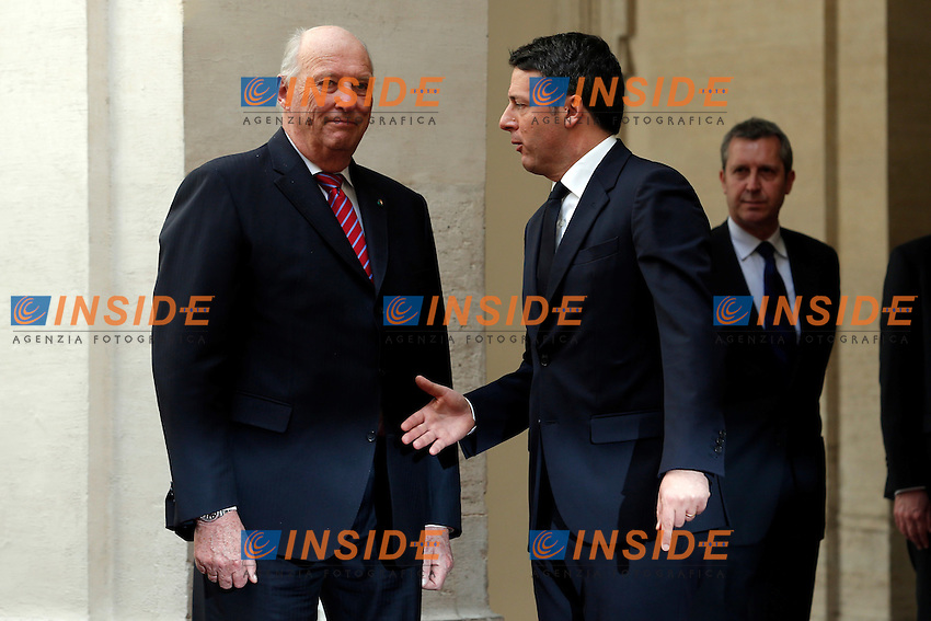 Matteo Renzi, offre la mano a Re Harald V per la foto di rito, il quale gliela nega perche' il cerimoniale non prevede che il re stringa la mano<br /> Roma 06-04-2016 Palazzo Chigi. Visita dei Reali di Norvegia.<br /> Rome 6th April 2016. Arriving of the Royals of Norway.<br /> Photo Samantha Zucchi Insidefoto