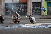 SÃO PAULO, SP, 16/09/214 - FLM/ REINTEGRAÇÃO/ CENTRO – Sem teto entram em confronto com a polícia durante reintegração de posse no centro. Policiais Militares cumprem reintegração de posse em edifício ocupado pela FLM (Frente de Luta por Moradia) na Av. São João, altura do número 605, no começo da manhã desta terça-feira(16), em São Paulo. No momento a situação é pacífica. (Foto: Taba Benedicto/ Brazil Photo Press)