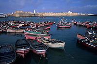 Afrique/Maghreb/Maroc/El-Jadida : Le port de pêche, barques des pêcheurs et remparts de la Citadelle Portugaise