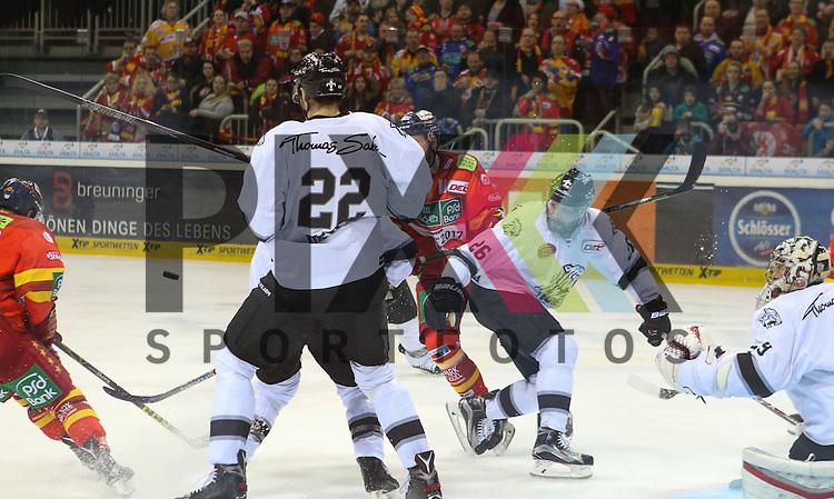 Nuernbergs Oliver Mebus (Nr.22), Nuernbergs Brandon Segal (Nr.26) und Nuernbergs Goalie Andreas Jenike (Nr.29) verfolgen den Flug den Pucks beim Spiel in der DEL Duesseldorfer EG (rot) - Nuernberg Ice Tigers (weiss).<br /> <br /> Foto &copy; PIX-Sportfotos *** Foto ist honorarpflichtig! *** Auf Anfrage in hoeherer Qualitaet/Aufloesung. Belegexemplar erbeten. Veroeffentlichung ausschliesslich fuer journalistisch-publizistische Zwecke. For editorial use only.