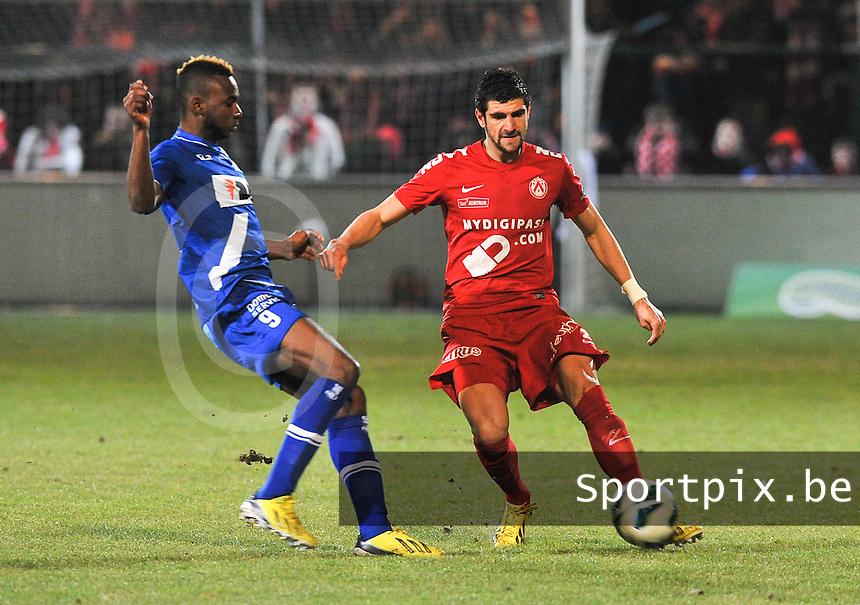 KV Kortrijk - AA Gent : Stefan Mitrovic aan de bal voor Ilombe Mboyo.foto VDB / BART VANDENBROUCKE