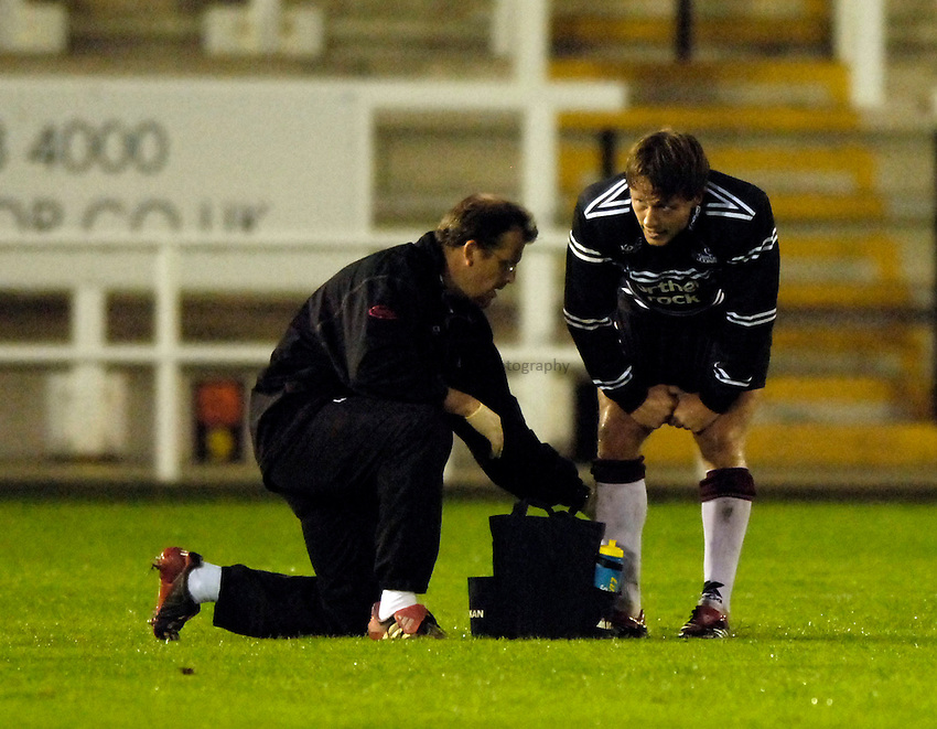 Photo: Jed Wee..Newcastle Falcons v Glasgow. Pre Season Friendly. 25/08/2006...Newcastle's Jonny Wilkinson (R) receives treatment from physiotherapist Martin Brewer.