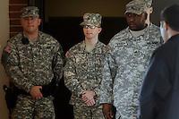 MHR02.FORT MEADE (ESTADOS UNIDOS).22/12/2011.-El soldado Bradley Manning (c) sale escoltado de la sala del tribunal en la base militar de Fort Meade, Estados Unidos hoy jueves 22 de diciembre de 2011.La vista preliminar contra el soldado Bradley Manning, sospechoso de haber filtrado documentos clasificados a la red Wikileaks, concluyó hoy con la presentación de los alegatos finales de la defensa y la fiscalía, que incluyeron en este último caso un torrente de pruebas en su contra.EFE/MICHAEL REYNOLDS