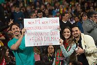 LISBOA, PORTUGAL, 29 DE MARÇO 2015 - QUAL. UEFA EURO 2016 - PORTUGAL X SÉRVIA -  Adeptos Brasileiros apoiando Portugal preocupados com o Brasil de Dilma durante jogo de qualificação para o Europeu de futebol entre Portugal X Sérvia, no Estádio da Luz, em Lisboa, Portugal. (Foto: Bruno de Carvalho - Brazil Photo Press)