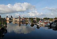 Rivier de Zaan in Zaandam. Het gebouw met het torentje is de oude Verkade fabriek.