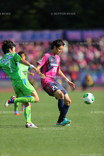 Han Kook Young (Bellmare), Kenyu Sugimoto (Cerezo), MAY 3, 2013 - Football / Soccer : 2013 J.LEAGUE Division 1, 9th Sec match between Shonan Bellmare 0-3 Cerezo Osaka at Shonan BMW Stadium Hiratsuka, Kanagawa, Japan. (Photo by AFLO SPORT) [1045]