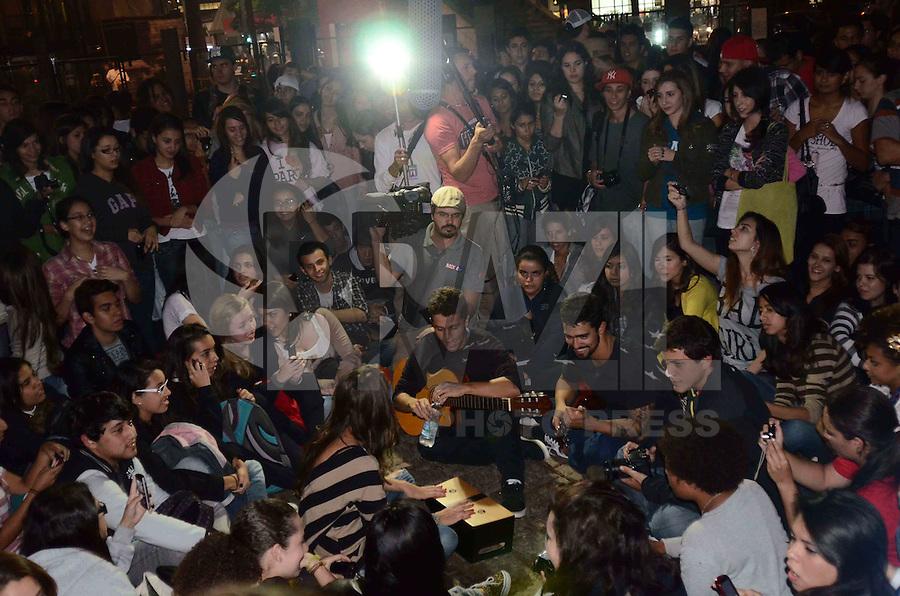 SAO PAULO, SP, 30 DE MARÇO DE 2012 - BANDA SCRACHO NA PAULISTA - Banda Scracho em apresentação do tipo luau, no vão livre do Masp, na Avenida Paulista, região central de Sao Paulo, no início da noite desta sexta-feira. FOTO: ALEXANDRE MOREIRA - BRAZIL PHOTO PRESS