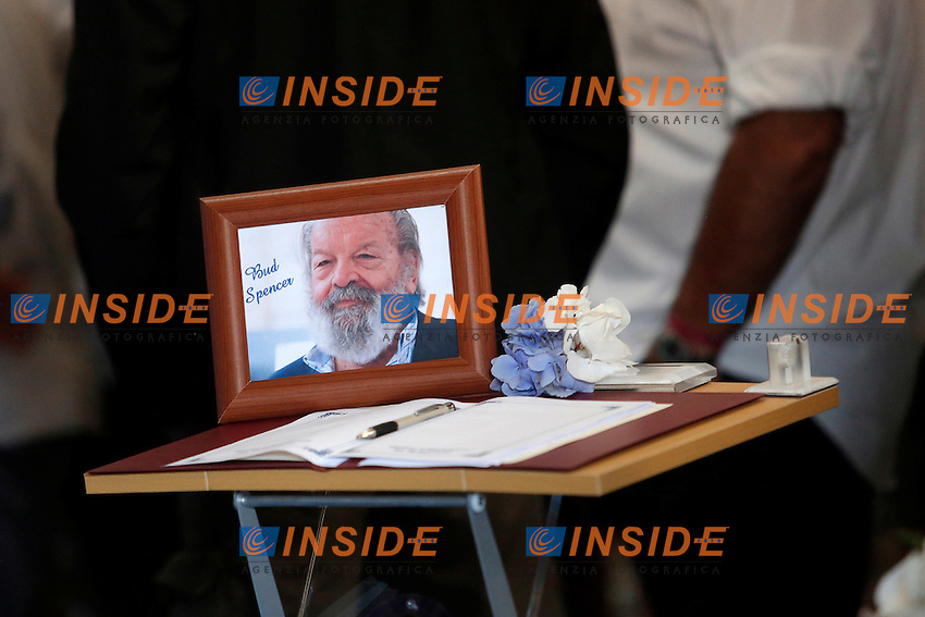 Una foto si Bud spencer<br /> Roma 30-06-2016 Chiesa degli Artisti, Funerali di Carlo Pedersoli, in arte Bud Spencer.<br /> Rome 30th June 2016. Church of Artists, Funeral of Carlo Pedersoli, alias Bud Spencer<br /> Photo Samantha Zucchi Insidefoto