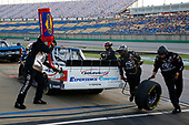 #51: Brandon Jones, Kyle Busch Motorsports, Toyota Tundra SoleusAir/Menards pit stop