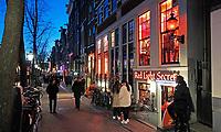 Nederland Amsterdam 2019. Red Light District. Oudezijds Achterburgwal. De Wallen. Rechts het Red Light Secrets Museum. Foto Berlinda van Dam / Hollandse Hoogte