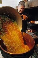 Europe/France/Auvergne/12/Aveyron/Env. de Villefranche-de-Rouergue/Monteils: Monsieur J. Carles cuit sa soupe rouergate à la ferme