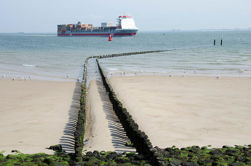 14juni Vlissingen<br /> Havenstad in Zeeland. Een pier van palen steekt de zee in.<br /> (c)renee teunis