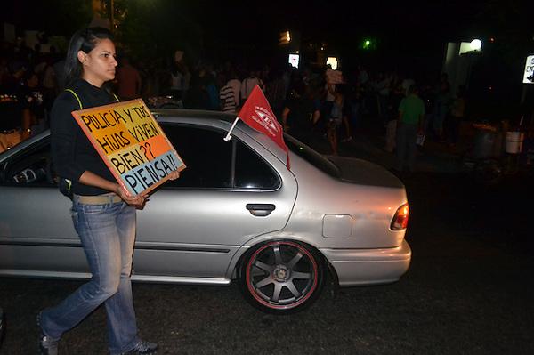 Protestas en contra de la reforma fiscal, escenificada frente al Teatro Nacional, durante a la apertura de la sexta edición del Festival de Cine Global..Foto: Ariel Díaz-Alejo/acento.com.do.Fecha: 15/11/2012.