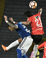 BOGOTA - COLOMBIA, 17-04-2018: Juan Guillermo Dominguez (Izq) jugador de Millonarios de Colombia disputa el balón con Jesus Hernandez Cordova (Der) jugador de Deportivo Lara de Venezuela durante partido por la fecha 3, grupo G, de la CONMEBOL Libertadores 2018 jugado en el estadio Nemesio Camacho El Campin de la ciudad de Bogotá. / Juan Guillermo Dominguez (L) player of Millonarios of Colombia fights for the ball with Jesus Hernandez Cordova (R) player of Deportivo Lara of Venezuela during match for the date 3, group G, of the CONMEBOL Libertadores 2018 played at Nemesio Camacho El Campin stadium in Bogota city. Photo: VizzorImage / Gabriel Aponte / Staff.