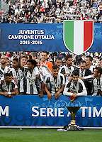 "Calcio, Serie A: Juventus vs Sampdoria. Torino, Juventus Stadium, 14 maggio 2016. <br /> Juventus' players pose with the ""Scudetto"" trophy to celebrate the win of the Italian Serie A title at the end of the football match between Juventus and Sampdoria at Turin's Juventus Stadium, 14 May 2016.<br /> UPDATE IMAGES PRESS/Isabella Bonotto"