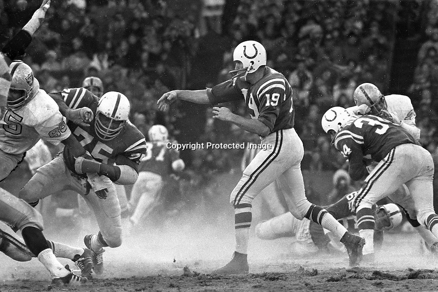 Baltimore Colts Johnny Unitas passing with protection against the Oakland Raiders #85 Carlton Oats.<br />
