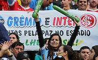 PORTO ALEGRE, RS, 09.06.2013 - AMISTOSO INTERNACIONAL - BRASIL X FRANÇA - Movimentação de torcedores antes da partida amistosa entre Brasil x França na Arena Grêmio em Porto Alegre neste domingo, 09. (Foto: Vanessa Carvalho / Brazil Photo Press).