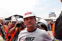 ATENCAO EDITOR FOTO EMBARGADA PARA VEICULO INTERNACIONAL - SAO PAULO, SP, 06 OUTUBRO 2012 - ELEICOES SP - FERNANDO HADDAD - Andres Sanches acompanha o candidato a prefeitura de Sao Paulo Fernando Haddad (PT) durante visita as obras do Estadio Itaquerao, na regiao leste da capital paulista. FOTO: VANESSA CARVALHO - BRAZIL PHOTO PRESS.