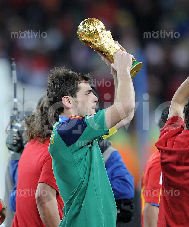 FUSSBALL WM 2010  FINALE   11.07.2010 Holland - Spanien Iker CASILLAS (Spanien) mit WM POKAL