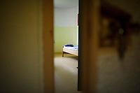 *** Hinweis: Dieses Bild ist Teil der Fotostrecke Jugendarrestanstalt Berlin-Lichtenrade  ****Berlin, Eine geoeffnete Tuer eines Zimmer der Insassen am Freitag (03.05.13) im Gebaeude der Jugendarrestanstalt Berlin-Lichtenrade . Die Jugendarrestanstalt Berlin-Lichtenrade hat ihre Tueren, zu einem Tag der offenen Tuer, fuer die Oeffentlichkeit geoeffnet. Foto: Timur Emek/CommonLens