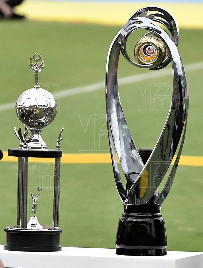 MEDELLÍN -COLOMBIA - 09-06-2018: Los trofeos de la Liga son vistos previo al encuentro entre Atlético Nacional y Deportes Tolima por la final de la Liga Águila I 2018 jugado en el estadio Atanasio Girardot de la ciudad de Medellín. / The trophies of the Liga ara seen prior the second leg match between Atletico Nacional and Deportes Tolima for the final of the Aguila League I 2018 at Atanasio Girardot stadium in Medellin city. Photo: VizzorImage / Gabriel Aponte / Staff