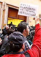 """Un militante del Partito Democratico mostra un cartello di protesta davanti alla sede del partito in occasione della direzione nazionale a Roma, 23 aprile 2013..An Italian Democratic Party's sympathizer holds a sign reading """"You wasted a treasure. Shame!!"""" outside of party's headquarters in occasion of the national direction in Rome, 23 April 2013.UPDATE IMAGES PRESS/Riccardo De Luca"""