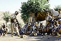 Irak 1985.Dans les zones libérées, région de Lolan, dans une base un instructeur et des peshmergas.Iraq 1985.In liberated areas, Lolan district, in a base, an instructor and peshmergas