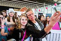 Nederland, Amsterdam, 15 feb 2014<br /> Huishoudbeurs in de Rai. <br /> Jaarlijkse beurs voor huisvrouwen die uit zijn op een gezellige dag en veel koopjes.<br /> Hier: het nieuwe Beauty, Fashion &amp; Friends Event BFF, speciaal voor meisjes tussen de 13 en 25 jaar. <br /> GTST ster Ferry ging er met zijn jonge fans op de foto<br /> Foto(c): Michiel Wijnbergh