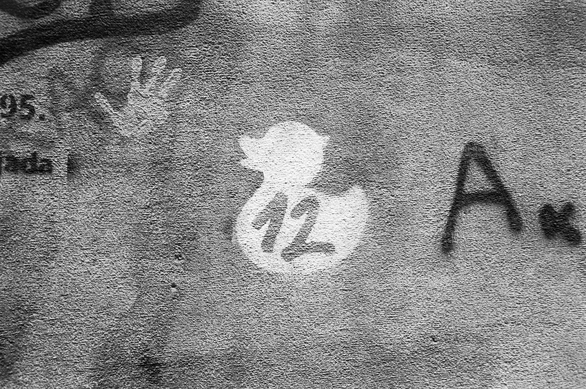 Serbia. Belgrade. Graffiti on the wall. Numbers (Twelve)  and letters ( A), a palm with fingers and a duck. 14.04.2018 © 2018 Didier Ruef
