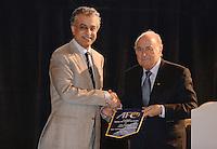 Fussball 63. FIFA Kongress auf Mauritius 2013    29.05.2013 AFC Konfederation Meeting, Praesident Scheich Salman Bin Ibrahim AL KHALIFA (li, Bahrain) ueberreicht einem Wimpel an FIFA Praesident Joseph S. Blatter (Schweiz)