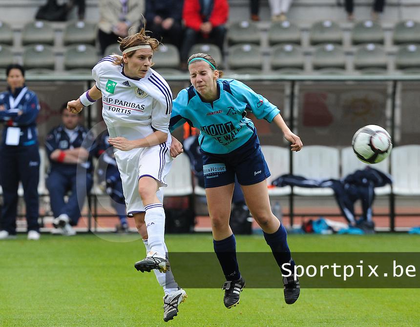 15 Mei 2010 Bekerfinale vrouwen : Sinaai Girls - RSC Anderlecht  : kopduel met Anne Puttemans en Steffie De Pelsmaeker.foto DAVID CATRY / Vrouwenteam.be