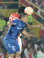 BOGOTÁ-COLOMBIA-16-09-2015. Ricardo Villarraga (Izq) jugador de Independiente Santa Fe (COL) disputa el balón con Sebastian Fernandez (Der) jugador de Nacional (UY) durante partido de vuelta por la segunda fase de la Copa Sudamericana 2015 jugado en el estadio Nemesio Camacho El Campín de la ciudad de Bogotá./ Ricardo Villarraga (L) player of Independiente Santa Fe (COL) vies for the ball with Sebastian Fernandez (R) player of Nacional (UY) during the second leg match for the second phase of Copa Sudamericana 2015 played at Nemesio Camacho El Campin stadium in Bogotá city.  Photo: VizzorImage/ Gabriel Aponte /Staff