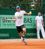 22-05-11, Tennis, France, Paris, Roland Garros, Onder toezien van zijn tijdelijke coach Raemon Sluiter werkt Thiemo de Bakker  de training af op zondag