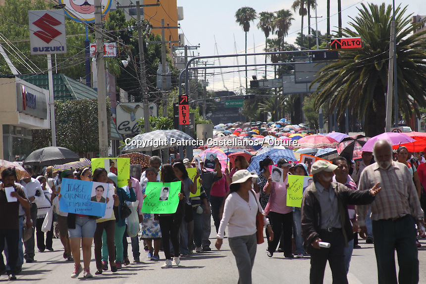 Oaxaca de Ju&aacute;rez, Oaxaca. 10/06/2015.- En apoyo a la movilizaci&oacute;n masiva que se realizar&iacute;a por parte de la Coordinadora Nacional de Trabajadores de la Educaci&oacute;n (CNTE) en la ciudad de M&eacute;xico, quienes exigen la reanudaci&oacute;n inmediata de una mesa de negociaci&oacute;n con representantes de la Secretar&iacute;a de Gobernaci&oacute;n (Segob), y la Secretar&iacute;a de Educaci&oacute;n P&uacute;blica (SEP), docentes de la secci&oacute;n 22 del Sindicato Nacional de Trabajadores de la Educaci&oacute;n (SNTE), marcharon por las principales calles de la capital oaxaque&ntilde;a.<br /> <br />  <br /> <br /> En este sentido, los profesores partieron del crucero del IEEPO con destino al z&oacute;calo capitalino, en donde realizaron un mitin, destacando sus principales peticiones al gobierno estatal y federal.