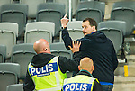 ***BETALBILD***  <br /> Stockholm 2015-05-25 Fotboll Allsvenskan Djurg&aring;rdens IF - AIK :  <br /> Supporter visar fingret mot AIK:s supportrars l&auml;ktare n&auml;r han f&ouml;rs bort av poliser efter matchen mellan Djurg&aring;rdens IF och AIK <br /> (Foto: Kenta J&ouml;nsson) Nyckelord:  Fotboll Allsvenskan Djurg&aring;rden DIF Tele2 Arena AIK Gnaget supporter fans publik supporters slagsm&aring;l br&aring;k fight fajt gruff
