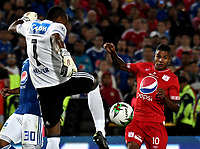 BOGOTÁ - COLOMBIA, 18-01-2019: Wuilker Fariñez (Izq.) guardavallas de Millonarios disputa el balón Yesus Cabrera (Der.) jugador de América de Cali, durante partido entre Millonarios y América de Cali, por el Torneo Fox Sports 2019, jugado en el estadio Nemesio Camacho El Campin de la ciudad de Bogotá. / Wuilker Fariñez (L) goalkeeper of Millonarios vies for the ball with Yesus Cabrera (R) player of America de Cali, during a match between Millonarios and America de Cali, for the Fox Sports Tournament 2019, played at the Nemesio Camacho El Campin stadium in the city of Bogota. Photo: VizzorImage / Luis Ramírez / Staff.