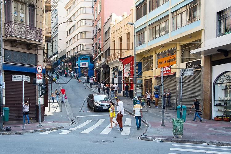 Movimentação de pedestres na Ladeira Porto Geral, São Paulo - SP, 10/2016.
