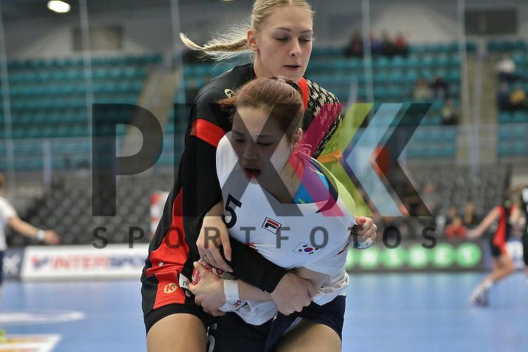 Kolding (DK), 010.12.15, Sport, Handball, 22th Women's Handball World Championship, Vorrunde, Gruppe C, Deutschland-S&uuml;d Korea : Jung Yura (S&uuml;d Korea, #05), Luisa Schulze (Deutschland, #33)<br /> <br /> Foto &copy; PIX-Sportfotos *** Foto ist honorarpflichtig! *** Auf Anfrage in hoeherer Qualitaet/Aufloesung. Belegexemplar erbeten. Veroeffentlichung ausschliesslich fuer journalistisch-publizistische Zwecke. For editorial use only.